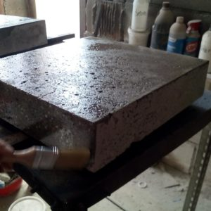 I applied to the concrete legs of the coffee table the sealing resin using a paintbrush