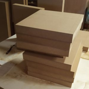 I ordered the 40 mm thickness MDF boards already cut, at the bricolage store, to the size needed for the divider shelf