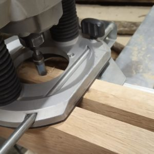 I used the parallel guide of the milling machine in order to mill the entire length of the channels of the stratified oak wood modules of the light fixture