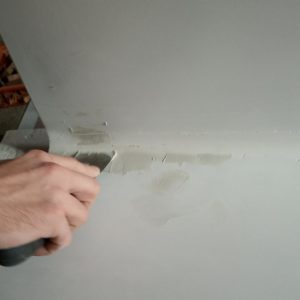 I covered the remaining holes in the painted MDF with knife putty to be sure that we will obtain a very smooth rounded inner corner