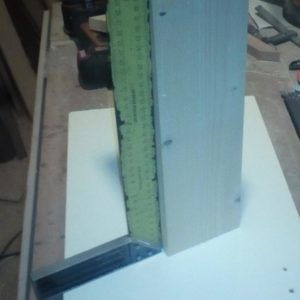 am verificat perpendicularitatea unei părți a grinzii de lemn de brad folosind pătratul