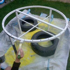 painting the metal frame of the round garden table