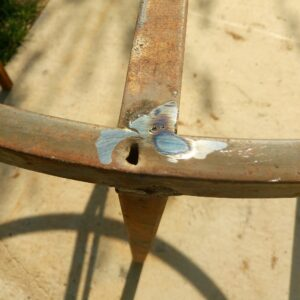 cleaning the welding to be able to fix perfectly the ash wood planks on the round metal frame