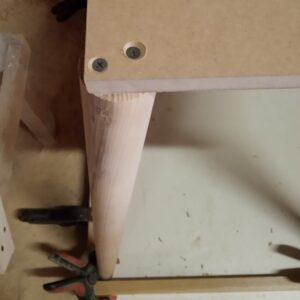 we screwd the conical legs with two screws on each corner of the raw MDF board