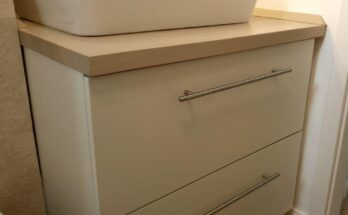 we installed the small cabinet, the oak wood countertop and the oak wood plinths
