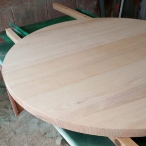 yje ash wood round table top is ready to be varnish with polyurethane varnish
