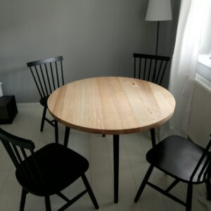 we combined black and natural wood for this set consisting in a round kitchen table and four chairs
