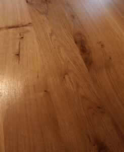 a detail of the desk top surface after we applied the polyurethane varnish