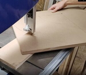 this is the way you can easily cut a circle by using the bandsaw cutting jig